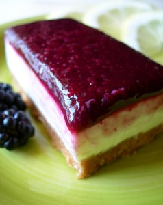 Cheesecake fredda al limone con gelatina di more