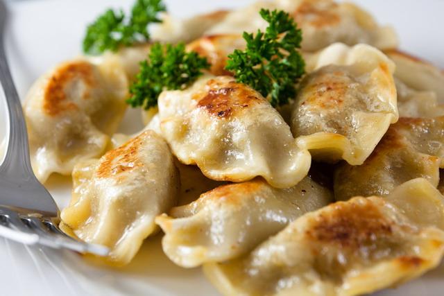 esistono anche nelle altre cucine dellest europeo ucraina bielorussia lituania e russia dove si chiamano russkie piroghi e