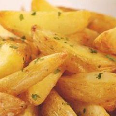 Patate con panna acida ed erba cipollina e salsa piccante al pomodoro
