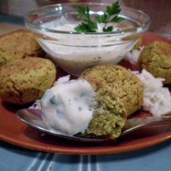 Falafel con insalata e yogurt alla menta
