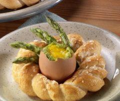 Cesti di uova ripiene e asparagi