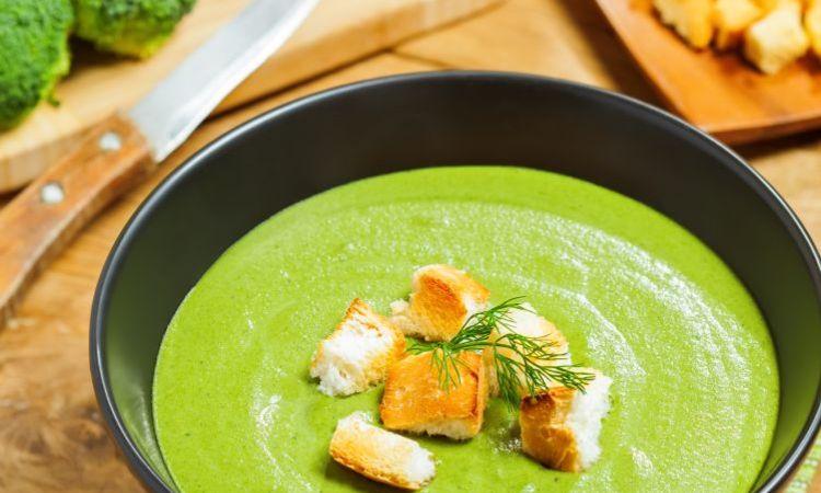 Zuppa con verdure di primavera e aneto