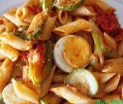 Pasta con zucchine, pomodoro e uova