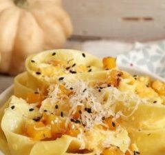 Pappardelle al forno con zucca, sesamo e ricotta salata