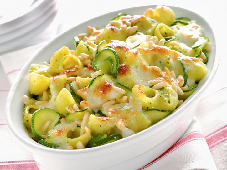 Pipe rigate al forno con zucchine e pinoli