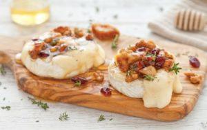 Brie al forno con noci, fichi secchi, mirtilli rossi e miele