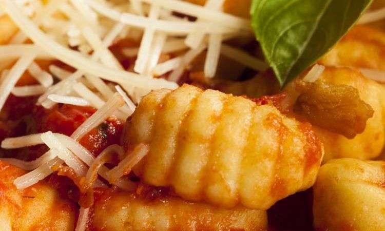 Gnocchi con salsa di pomodori e pancetta